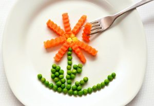Plate with carrots and peas in the shape of a flower